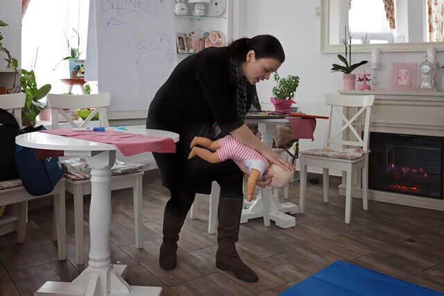 Primul ajutor pentru bebelusii care se ineaca